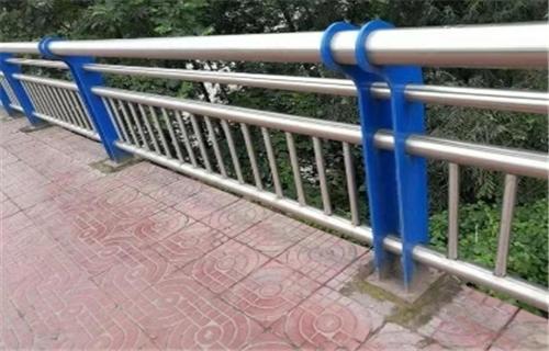 重庆镀锌管喷塑护栏厂家定制