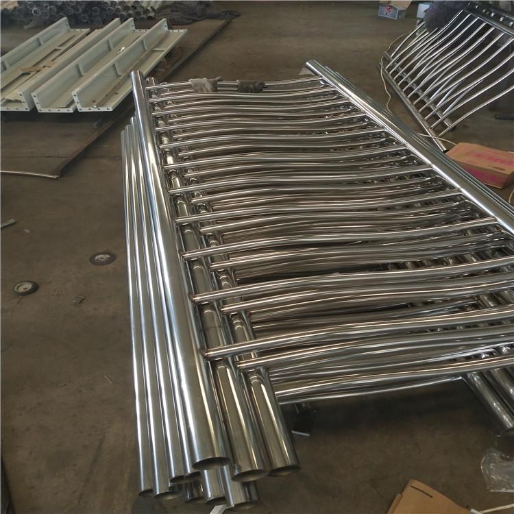 其外层采用的是符合相应标准的无缝焊接碳素结构钢管,内层则根据用户