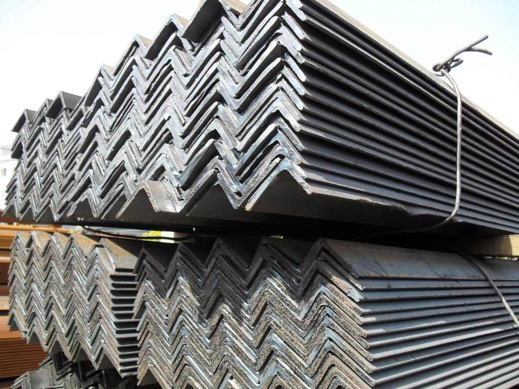 天津阔恒兴旺贸易有限公司广泛运用与电力铁塔、通信铁塔、铁路、公路防护、路灯杆、船用构件、建筑钢结构构件、变电站附属设施、轻工业等。 角钢俗称角铁、是两边互相垂直成角形的长条钢材。有等边角钢和不等边角钢之分。等边角钢的 两个边宽相等。其规格以边宽边宽边厚的毫米数表示。如30303,即表示边宽为 30毫米、边厚为3毫米的等边角钢。也可用型号表示,型号是边宽的厘米数,如3#。型号不表示同一型号中不同边厚的尺寸,因而在合同等单据上将角钢的边宽、边厚尺寸填写齐全,避免单独用型号表示。热轧等边角钢的规格