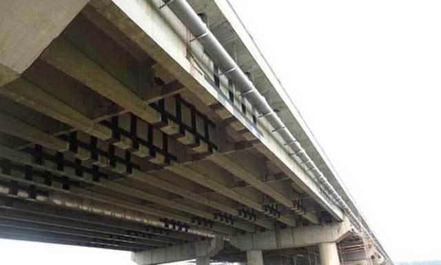 桥梁加固公司-粘贴碳纤维布加固施工中